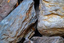 Steiner funnet i vannkanten er brukt til å fylle opp rundt bygget
